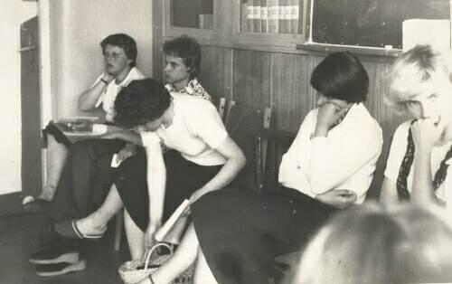 Jest bardzo źle, świadczą o tym miny uczennic czekających na egzamin. Matura 1979