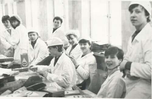To nie są pracownicy, ale nasi uczniowie na tzw praktykach uczniowskich w Okręgowej Spółdzielni Mleczarskiej w 1987 r.
