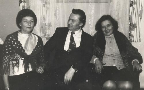 W środku długoletni nauczyciel w-f Witold Maciejczuk