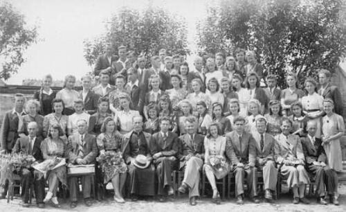 Zdjęcie nauczycieli i młodzieży rocznik 1944