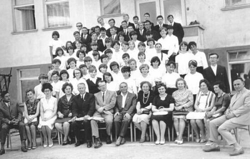 Lata 60-te, grono pedagogiczne wraz z młodzieżą w całej okazałości