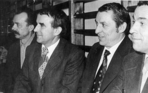 Rok 1984 - Lata 70-te, w środku animator sportu szkolnego Tadeusz Chrulski