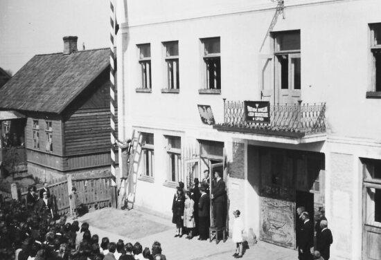 Rok 1946 - dawna siedziba liceum,dzisiaj w budynku tym mieści się Poradna Psychologiczno Zawodowa. Na fotografii uroczystość z okazji Święta Oświaty