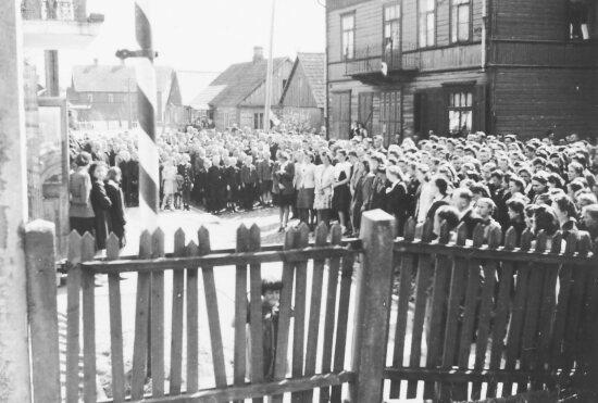 Rok 1946 - dawny budynek liceum, uroczystość z okazji Święta Lasu