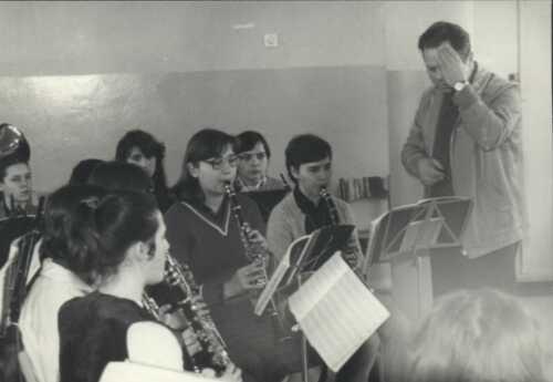 Próbę orkiestry w czasie ferii zimowych'83. Musiałyśmy bardzo fałszować, bo Profesor Nowicki łapie się za głowę. Na usprawiedliwienie podam fakt, że było to następnego dnia po stódniówce. Klarnety: Emilka Roszkowszka, Dorota ..., Z tyłu saksofony: Basia Łapińska, Ewa Brulińska, ....