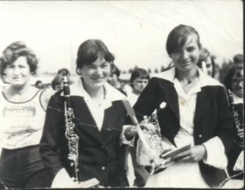 Maj'79 Basia Łapińska i Agnieszka Roszkowska - wracamy z wystepu na stadionie w Łapach. Z tyłu Teresa Łapińska.