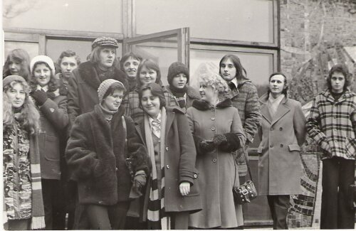 Wycieczka do Białowieży, klasa III d przed wejściem do muzeum - 1/2.03.1975 rok